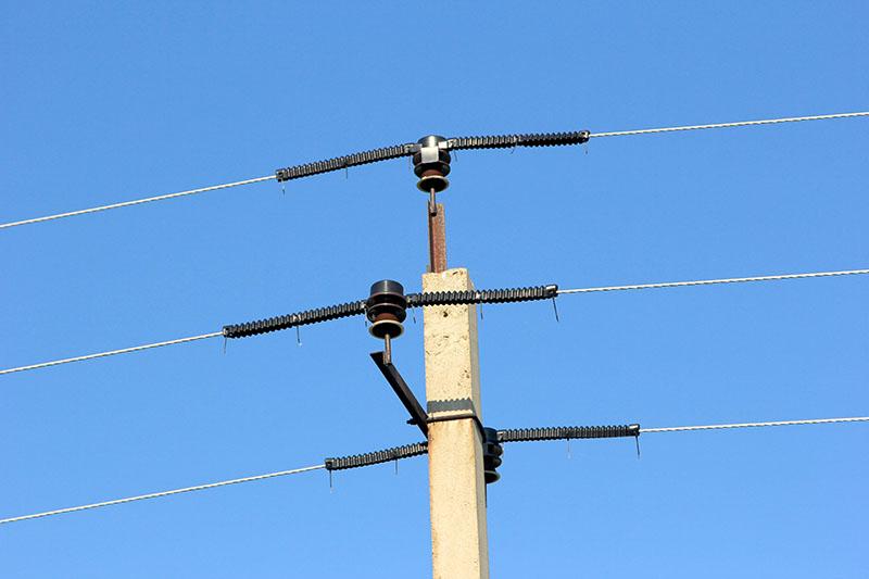 Опора линии электропередачи с оснащением для защиты птиц от поражения током